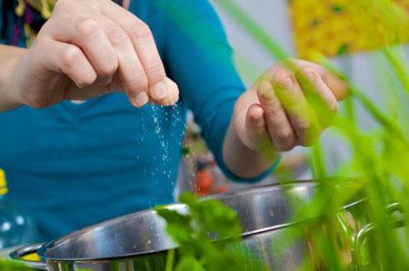 Tiêu thụ nhiều muối sẽ làm bạn nhanh già hơn - Sức Khỏe - Chăm sóc sức khỏe - Dinh dưỡng và sức khỏe - Sức khỏe gia đình