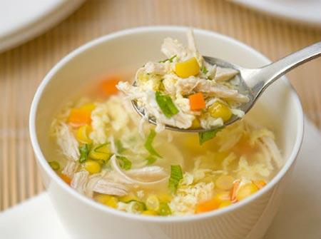 Soup gà là món ăn cổ điển tốt cho bé mắc cảm lạnh và viêm họng