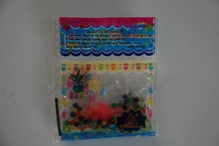 """Một gói hạt """"trân châu"""" chứa nhiều độc tố do các em học sinh Trường tiểu học Lê Hồng Phong mua ở tiệm tạp hóa gần trường."""