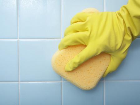 2. Vệ sinh các khe tường trong phòng tắm 1