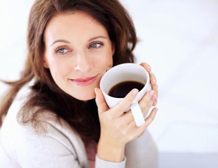 Một ly cà phê đen sau bữa tối giúp bạn kiểm soát ăn vặt.