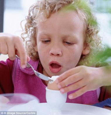 Trẻ có tiền sử tim mạch nên hạn chế ăn trứng
