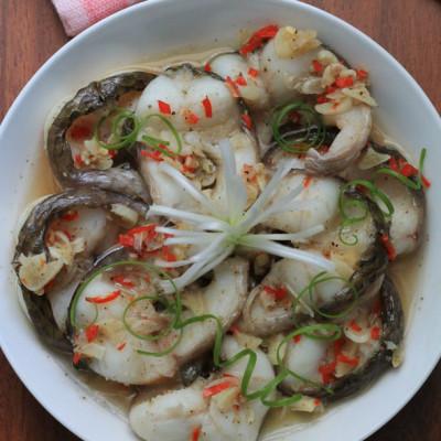 Cá hấp tiêu thơm phức, thịt cá mềm và đậm đà, chắc hẳn rất ngon miệng.