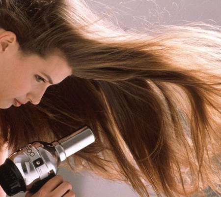 Bạn nên sấy tóc bằng một chiếc máy sấy có chức năng ion hóa (bảo vệ tóc và chống tích điện) và nhớ chỉ để nhiệt độ ở mức trung bình