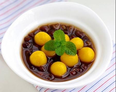 Món chè bí ngôn đậu đỏ cực ngon với đậu ngọt mềm và sắc vàng ươm nổi bật của những viên bí.