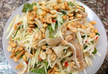 Món nộm xoài xanh tai heo thanh mát, thơm ngon này rất thích hợp với bữa cơm mùa hè.
