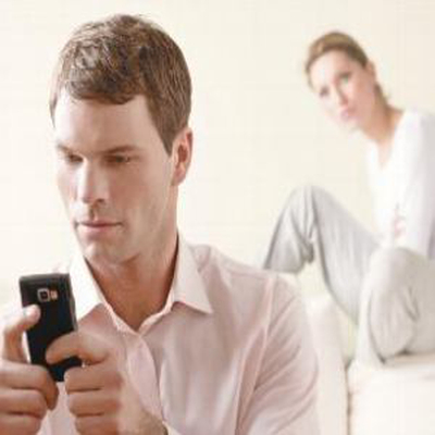 Nên xử lý thế nào khi chồng thường xuyên kiểm tra điện thoại của vợ? 1