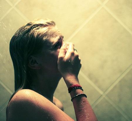 tôi chỉ có thể vỡ oà và khóc nghẹn ngào khi một mình trong nhà tắm