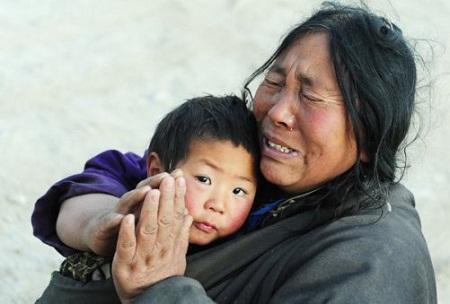 Mẹ ôm con và khấn trời thương lấy kiếp mồ côi - ảnh minh họa