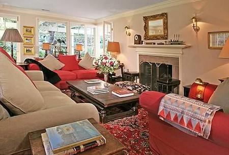 Phòng khách mùa đông ấm áp với gam màu đỏ 13