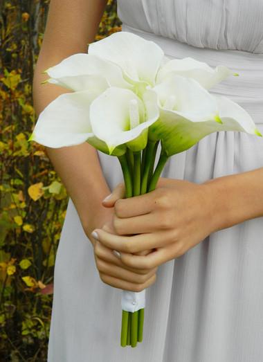 Khi chọn hoa rum làm hoa cưới cô dâu không bị mất thời gian để chuẩn bị cho bó hoa cầm tay của mình bởi với thâm dài mảnh chỉ cần một chiếc dây ruy băng xinh xắn là đã tạo nên bó hoa cưới vô cùng tinh tế. chuẩn bị cho