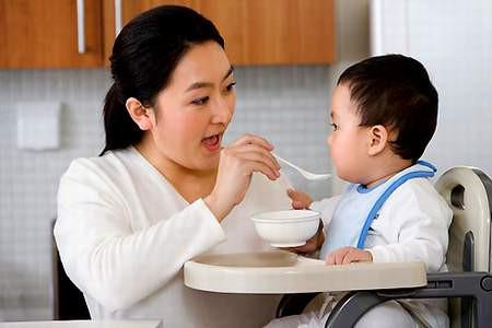Bổ sung chế độ dinh dưỡng đầy đủ cho trẻ.