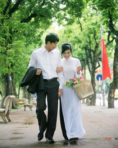 Lần đầu tiên anh nắm tay tôi cùng đi dạo công viên, một vòng tay ôm nhẹ nhàng, một nụ hôn say đắm.